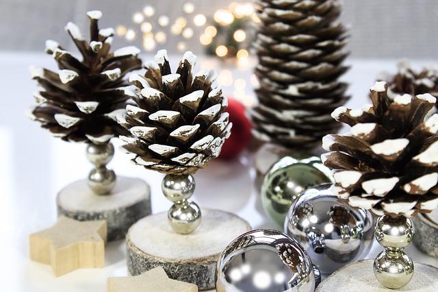 bożonarodzeniow-dekoracje-z-szyszek